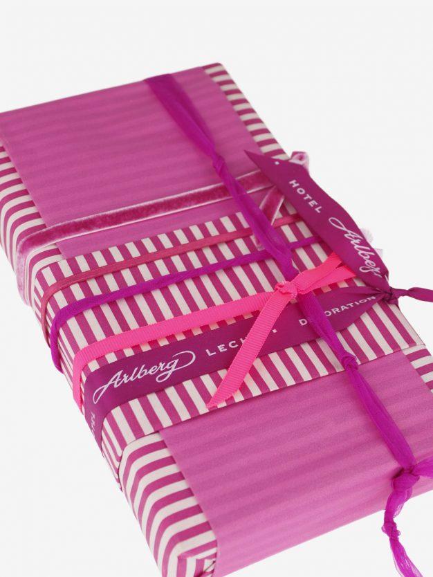 geschenkpapierverpackung-creme-mit-streifen-pink